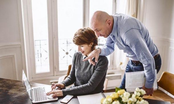 Foto von Ehepaar an Laptop im Arbeitszimmer