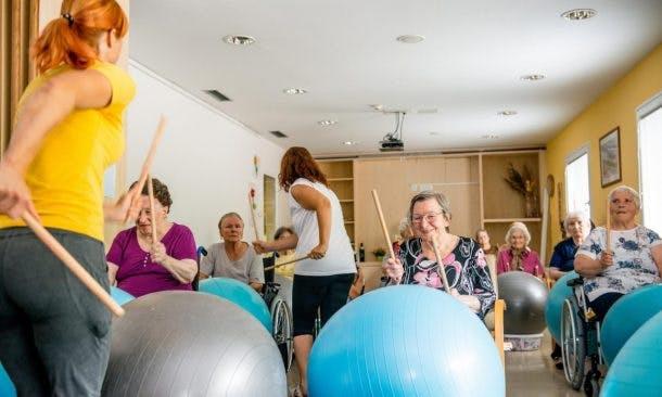 Fotos von Rentnerinnen bei der Gruppentherapie