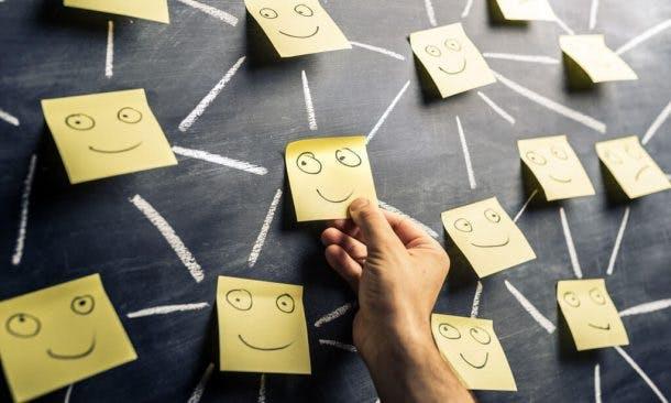 Smiley-Pinups an einer Tafel
