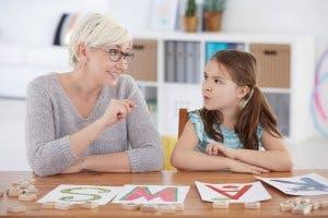 Lehrer bringt kleinem Mädchen das Alphabet bei