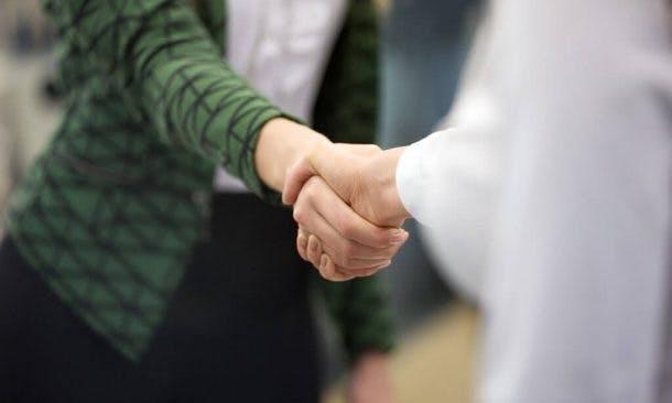 Handschlag zweier Geschäftsfrauen