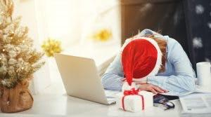 Büroarbeit neben Geschenk mit Nikolausmütze